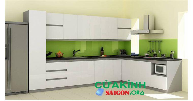 Kính màu ốp bếp chịu nhiệt tạo không gian thoải mái cho các nội trợ