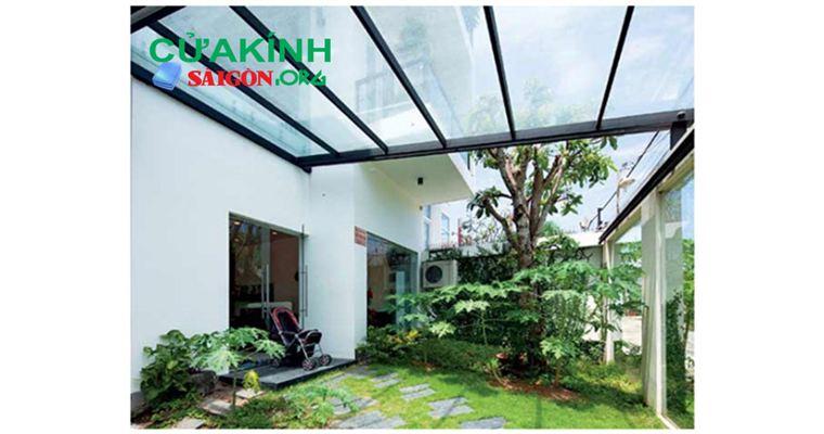 Mái kính cường lực sân vườn tạo không gian gần gũi thiên nhiên