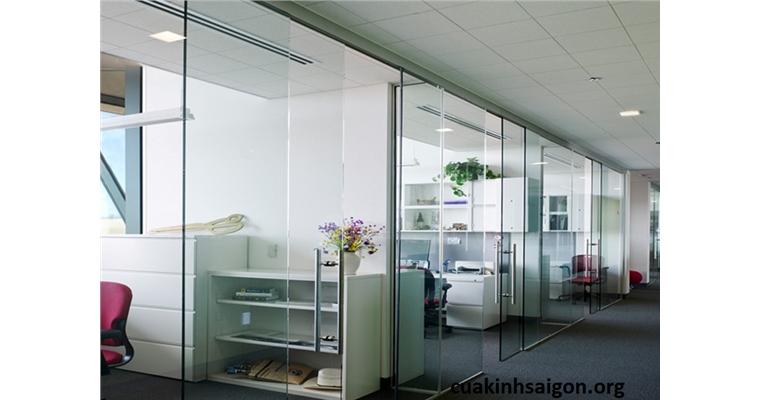 Vách ngăn kính văn phòng thi công vách cửa kính cường lực văn phòng giá rẻ