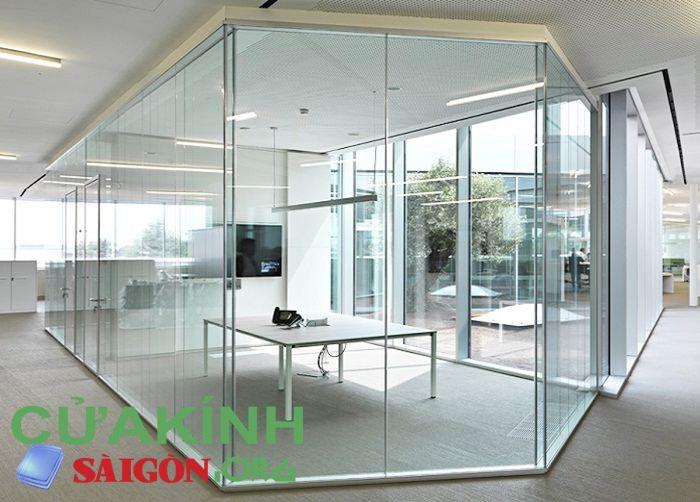 Tạo phòng riêng biệt bằng vách kính ngăn phòng